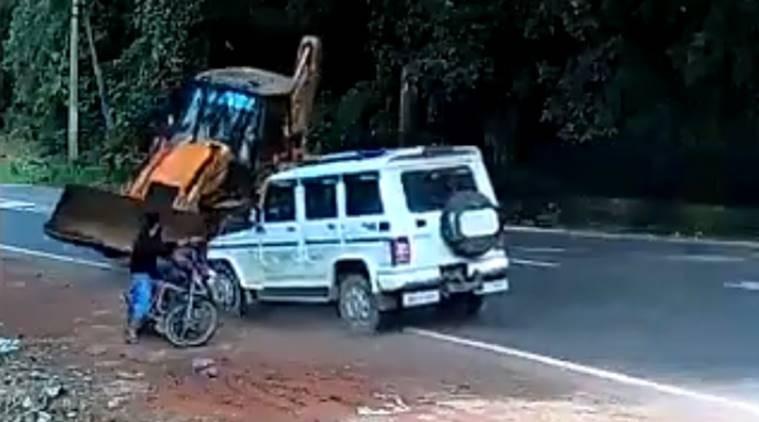 Hindistan'da motosikletli genç ölümden döndü