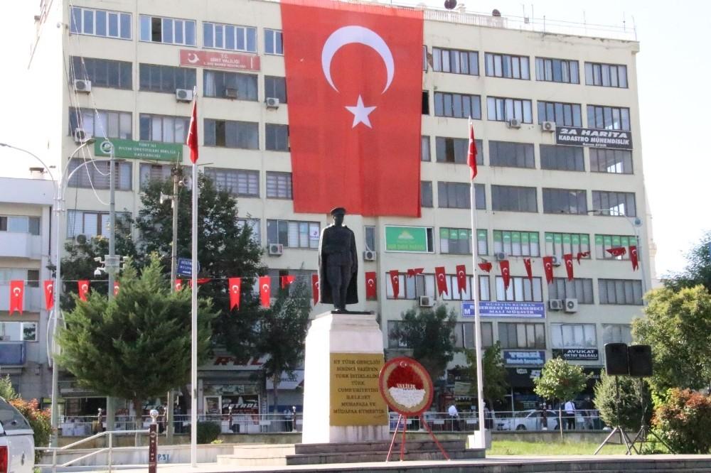 Siirt'te dev Türk bayrakları dalgandı