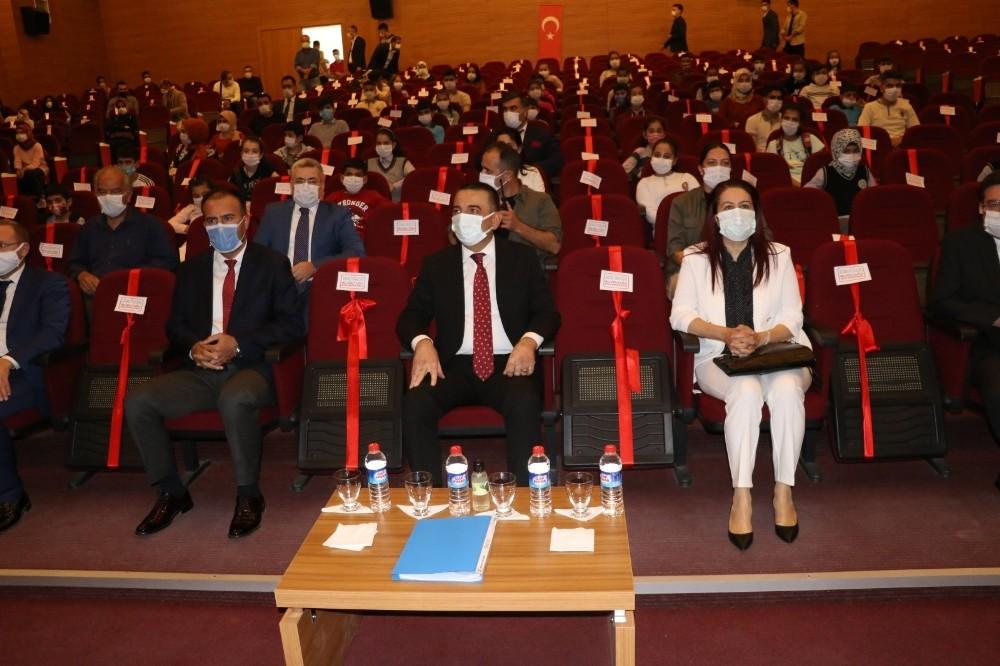 Siirt'te ihtiyaç sahibi 100 öğrenciye tablet dağıtıldı