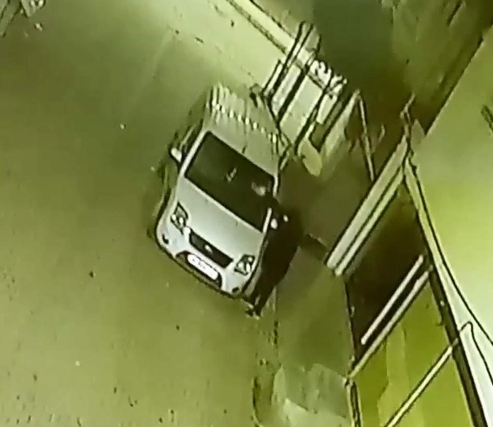 Siirt'te aracın kundaklama anı güvenlik kamerasına yansıdı