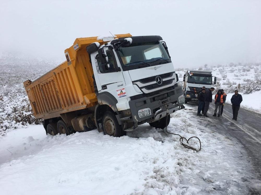 Kara saplanan kamyon kurtarıldı