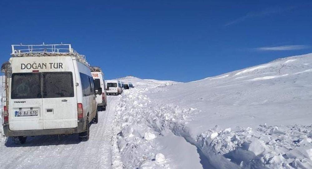 Köy yolunda karda mahsur kalan 6 minibüs kurtarıldı