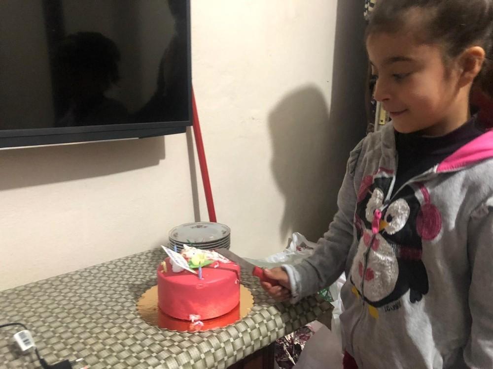 Polis ekipleri 155'i arayıp pasta isteyen 8 yaşındaki Rabiya'nın doğum gününü kutladı
