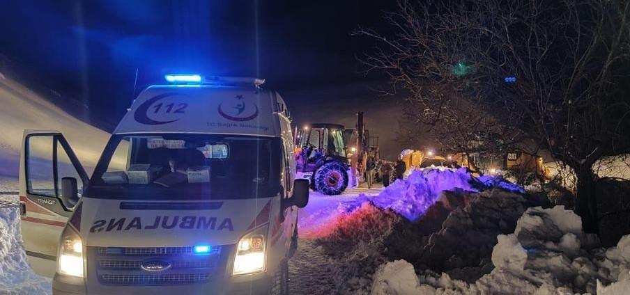 Siirt'te kar yolları kapattı, hasta adam için ekipler seferber oldu