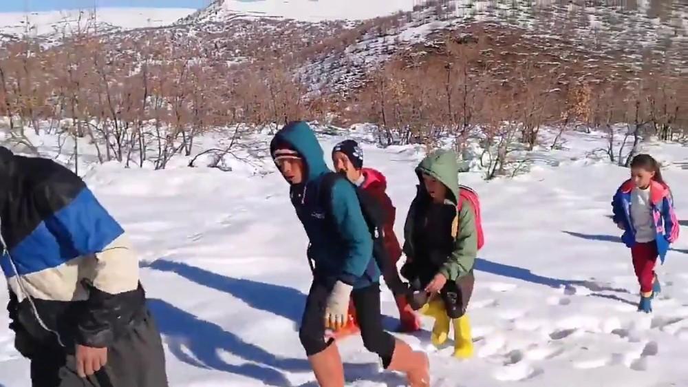 Siirt'te köy öğrencileri EBA'ya girmek için -10 derecede saatlerce yürüyerek şebeke aradı