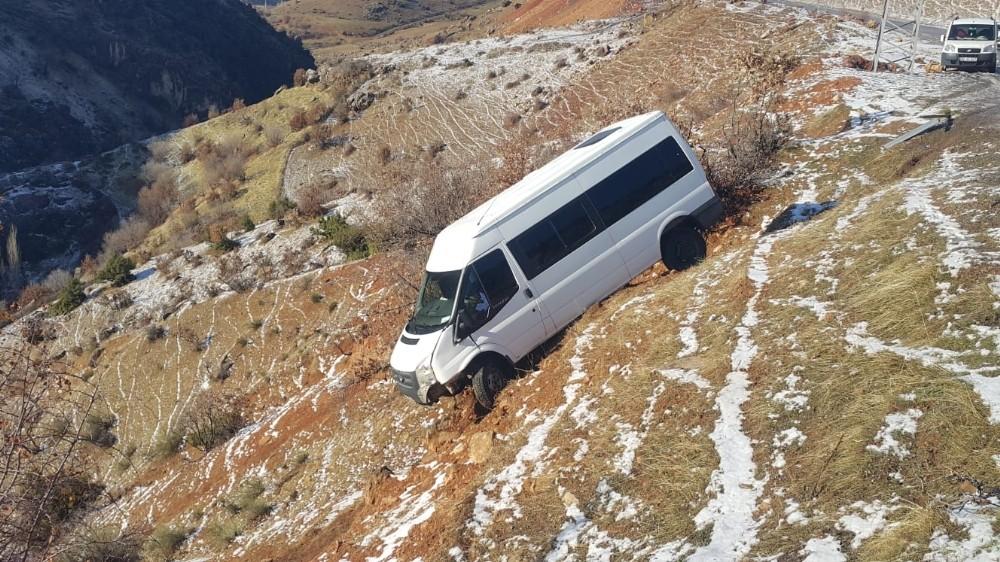 Siirt'te minibüs şarampole yuvarlandı: 11 yaralı