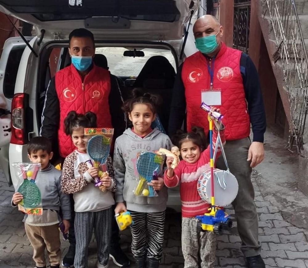 Siirt'te Vefa Sosyal Destek Grubu ekipleri çocukların yüzünü güldürdü