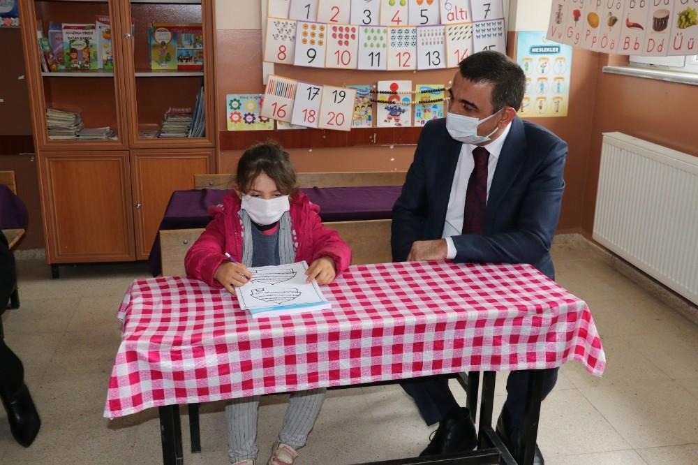 Siirt Valisi Hacıbektaşoğlu, köy okullarında öğrencilerle buluştu