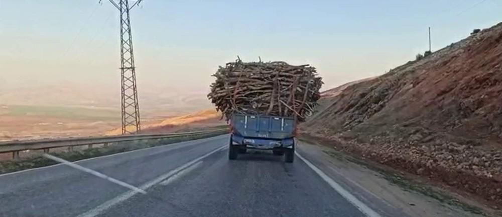 Siirt'te kapasitesinin üstünde yük alan traktörün tehlikeli yolculuğu