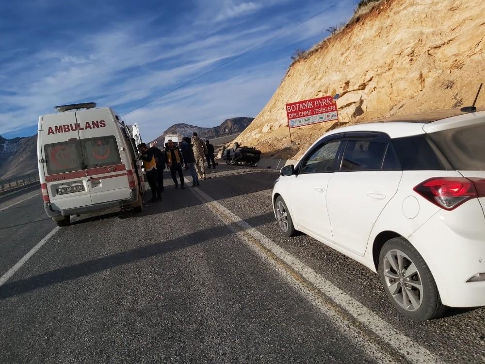 Siirt'te lastiği patlayan araç takla attı: 2'si ağır 5 yaralı