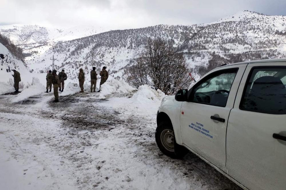 Siirt'te yola çığ düştü, mahsur kalan köy korucuları kurtarıldı