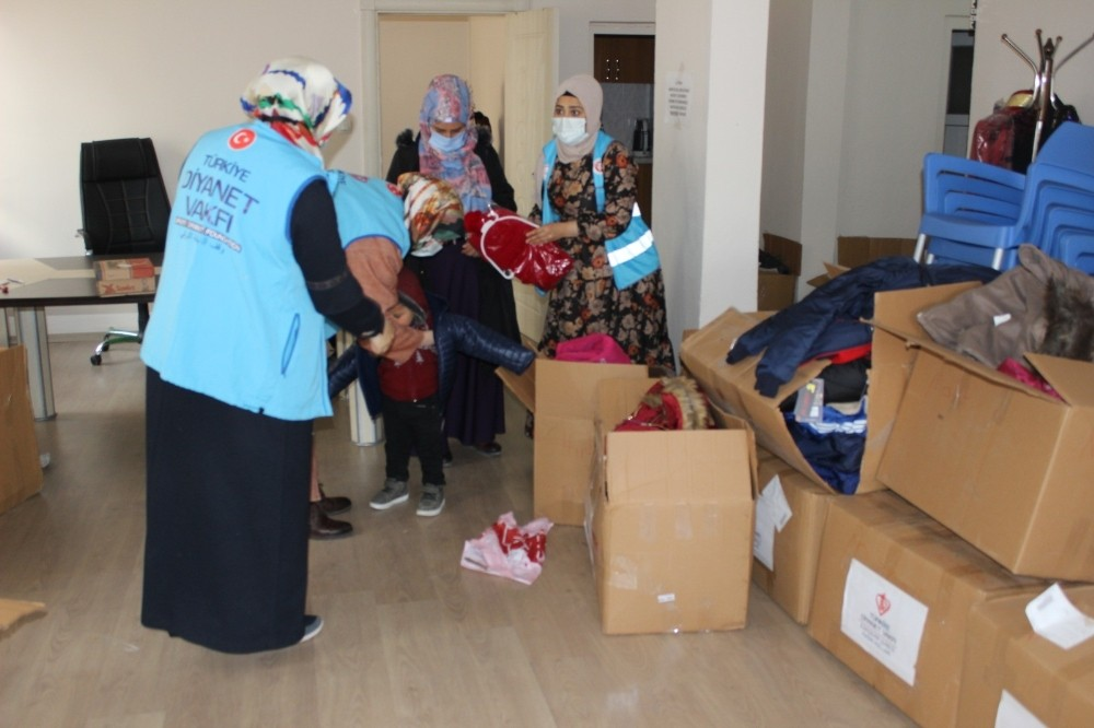 Eskişehir'den gönderilen kışlık malzemeler Siirtli çocukların içini ısıttı