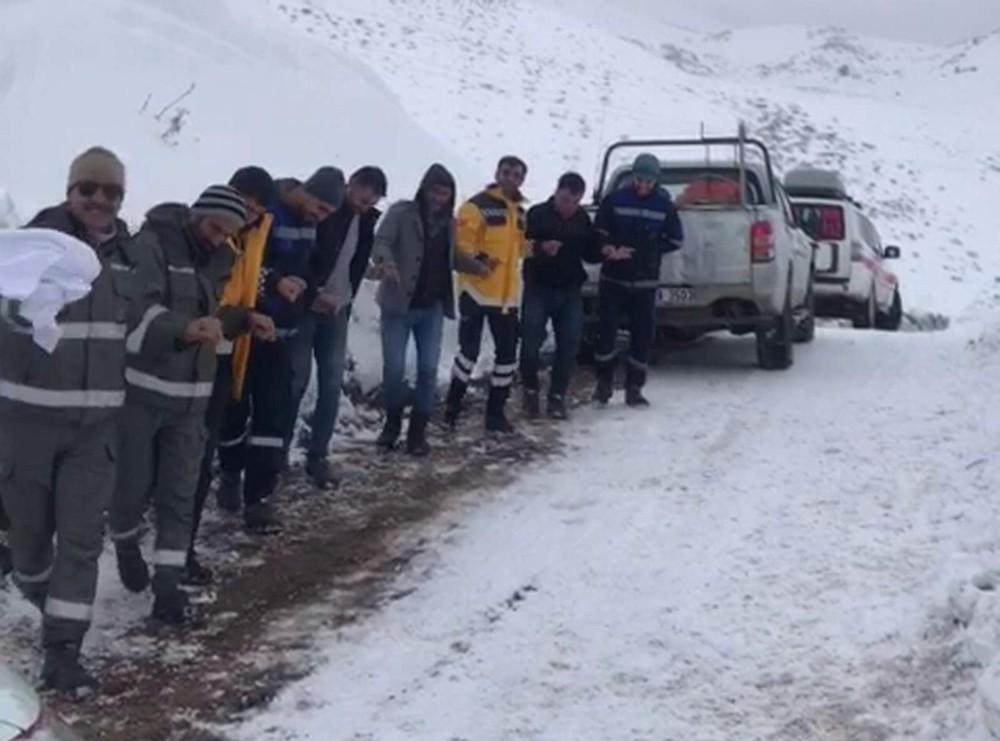 Kar nedeni ile kapanan yolun açılmasını halay çekerek beklediler