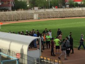 Seyircisiz maçta olay çıktı: Futbolcular birbirine girdi