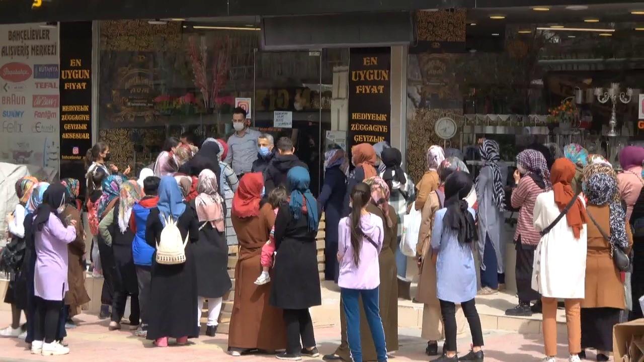 Siirt'te indirimi duyanlar tedbirleri unutup mağaza önünde kuyruğa girdi