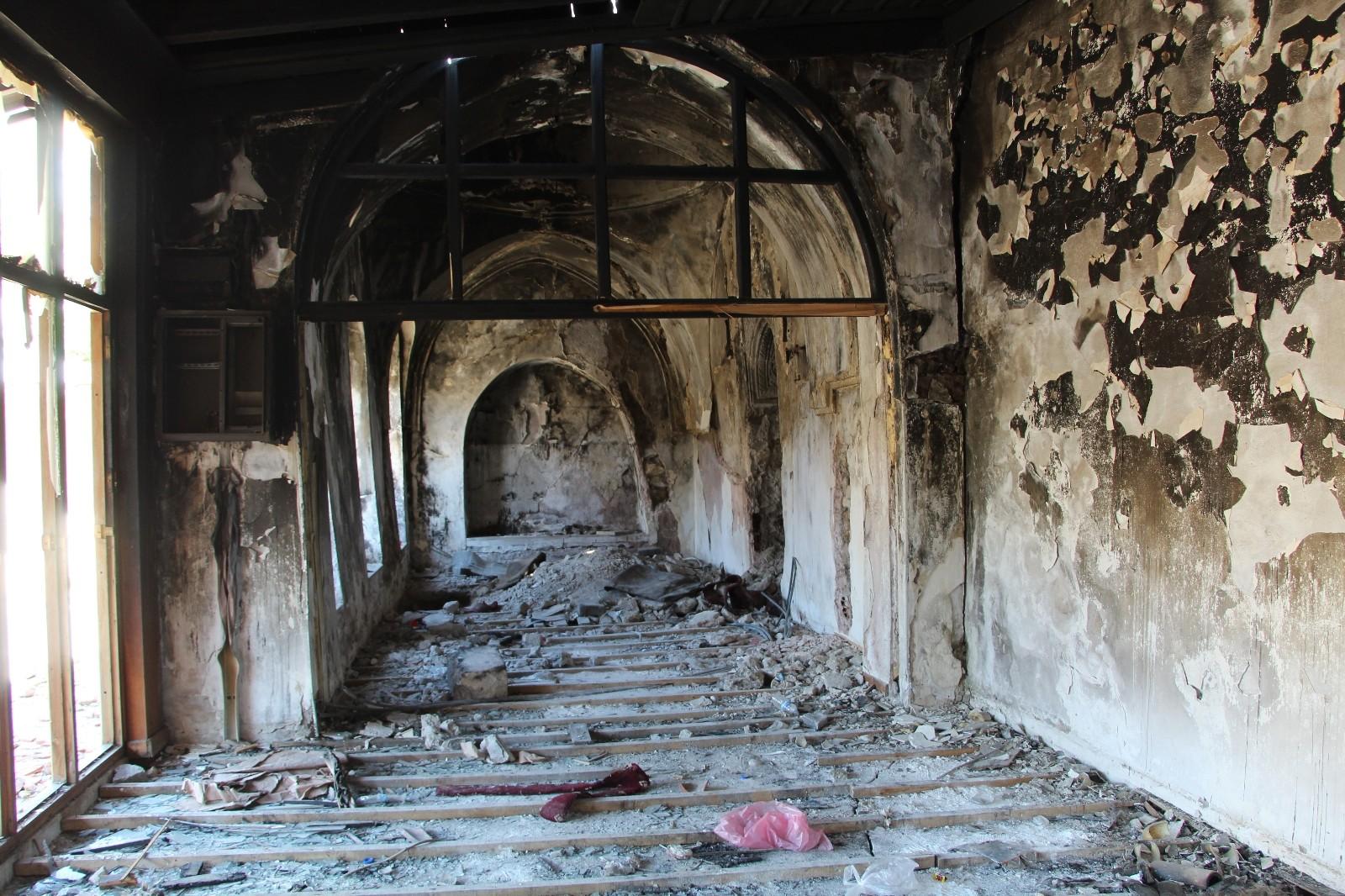 Siirt'te tarihi camiyi önce ateşe verdiler, sonra kaçak kazı yaparak define aradılar