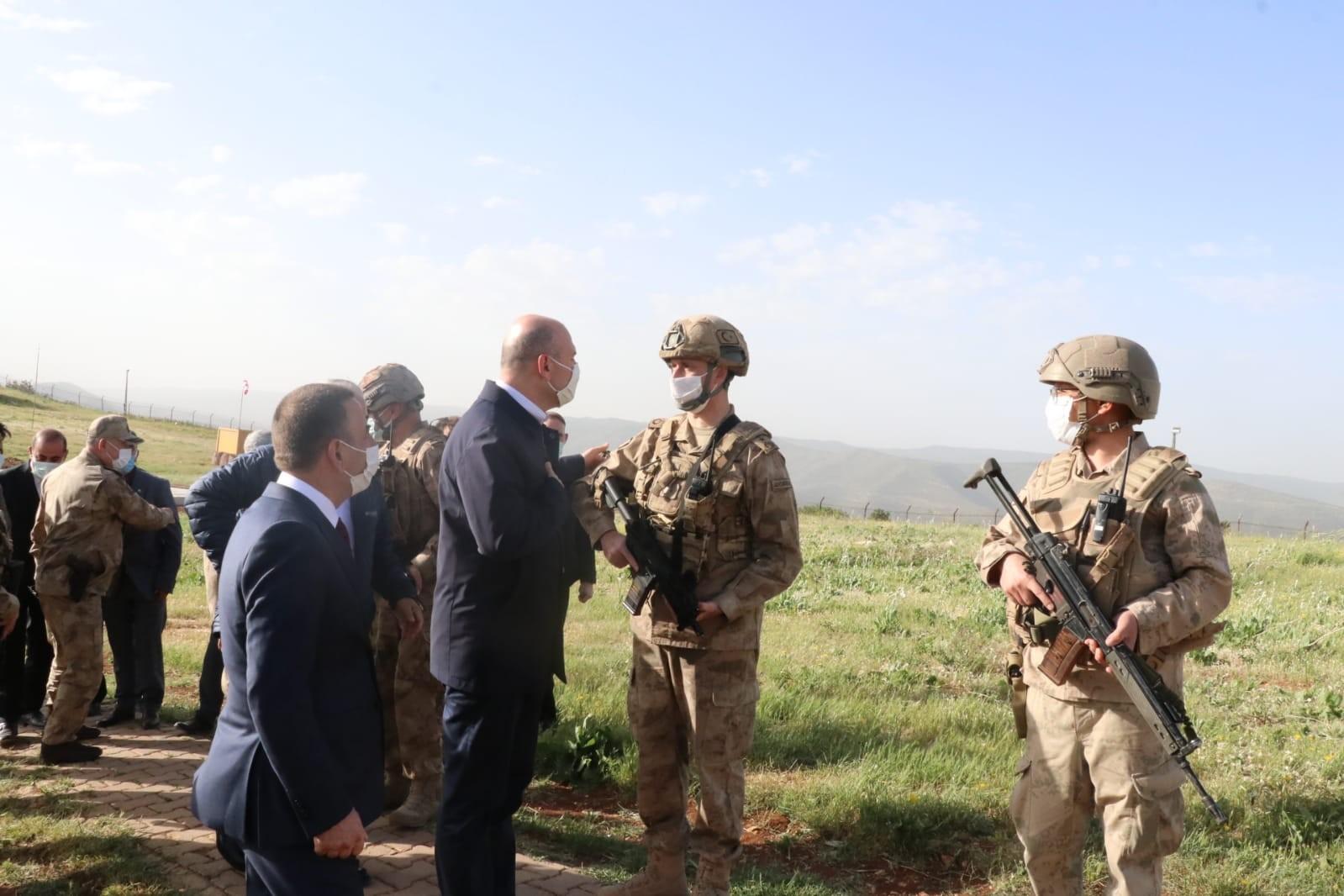 Bakan Soylu, Siirt'te üs bölgesini ziyaret ederek askerlerin bayramını kutladı