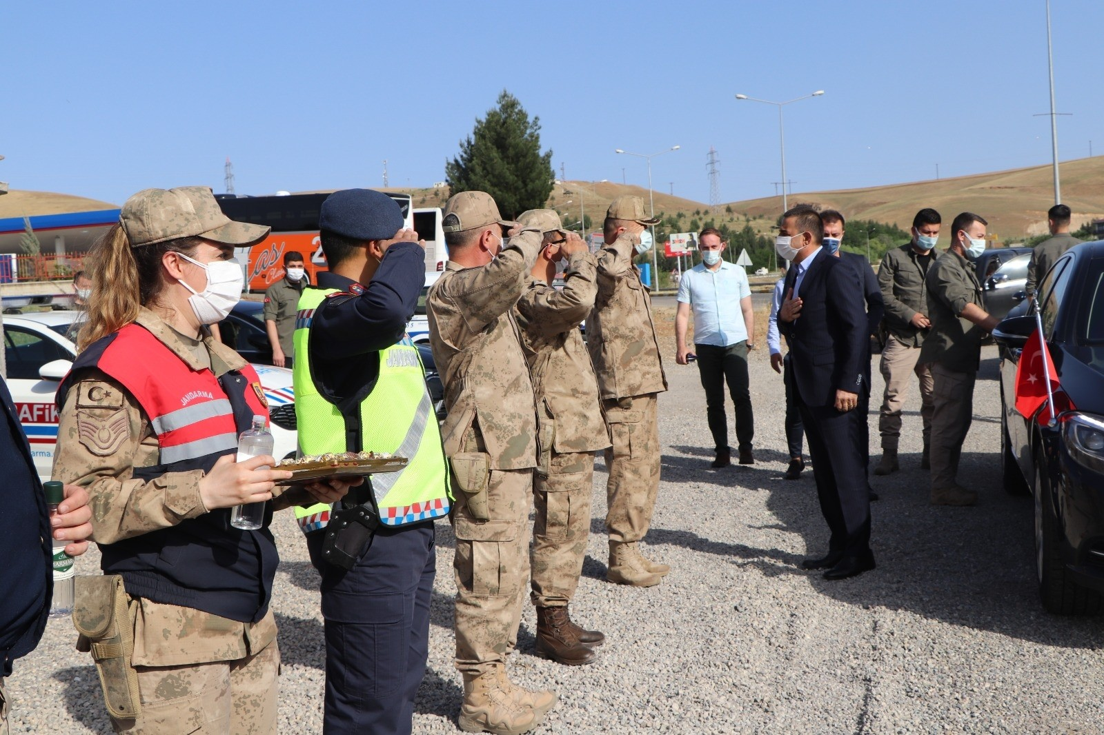 Siirt Valisi Hacıbektaşoğlu güvenlik, sağlık ve itfaiye çalışanlarının bayramını kutladı