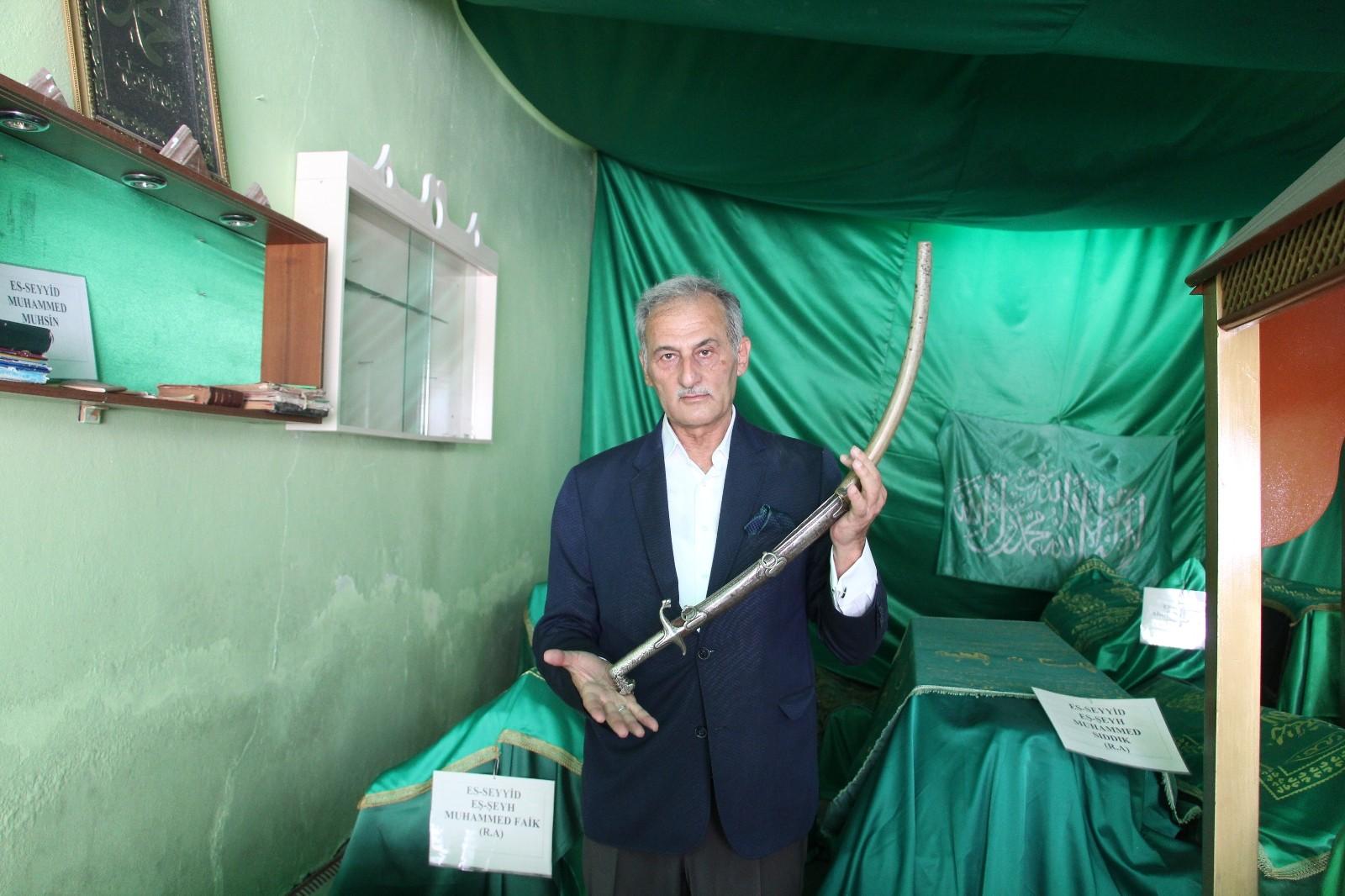 Siirt'te türbede bulunan kılıç 200 yıldır muhafaza ediliyor