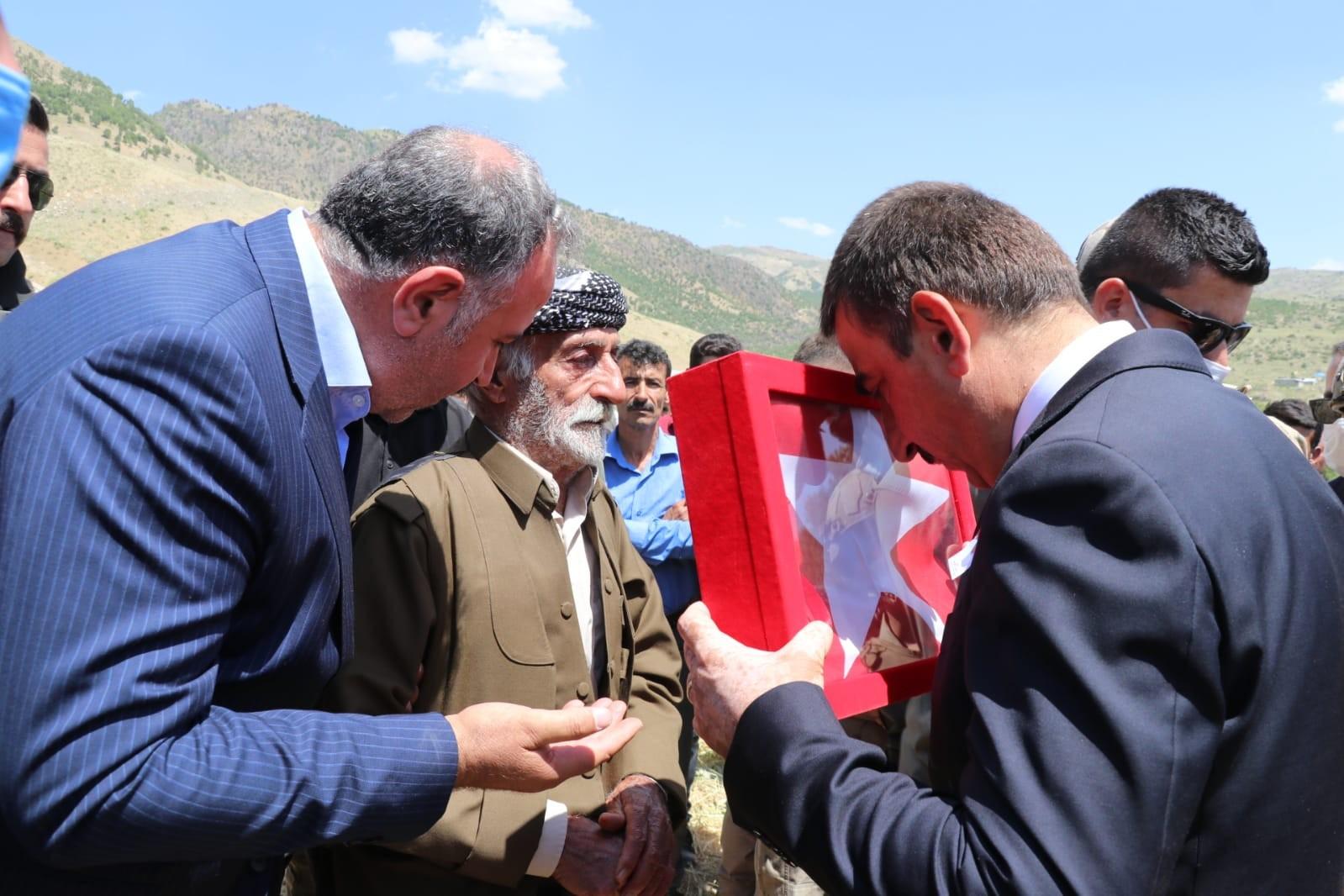 Siirt Valisi Hacıbektaşoğlu, şehit güvenlik korucusu Mehmet Babat'ın ailesine taziye ziyaretinde bulundu