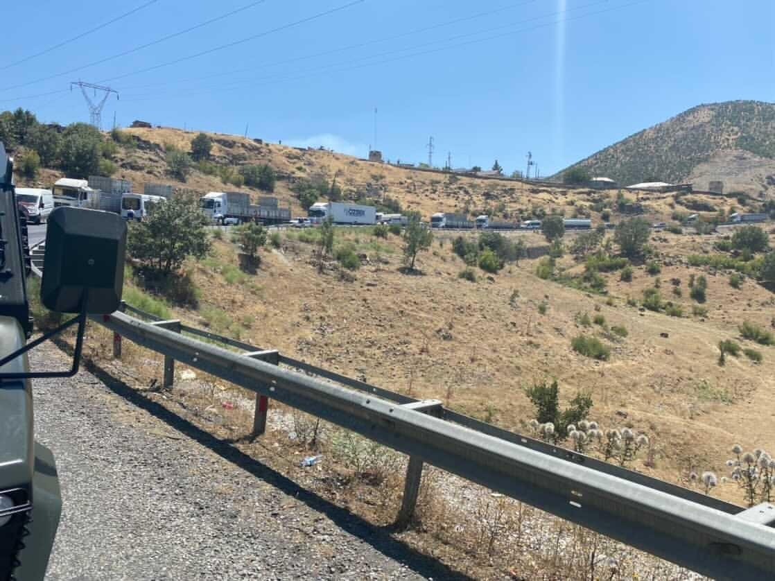 Siirt'te tır devrildi, yol çift taraflı ulaşıma kapandı