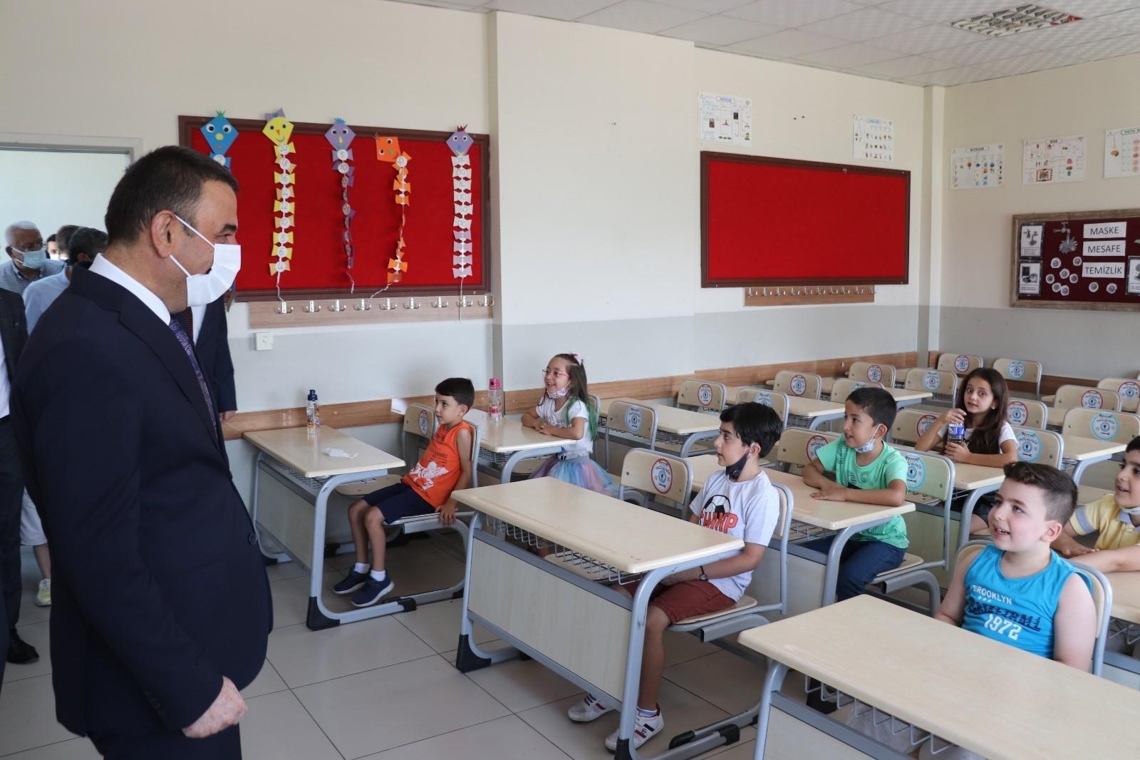 Siirt Valisi Hacıbektaşoğlu, öğrencilerle, karne heyecanı yaşadı