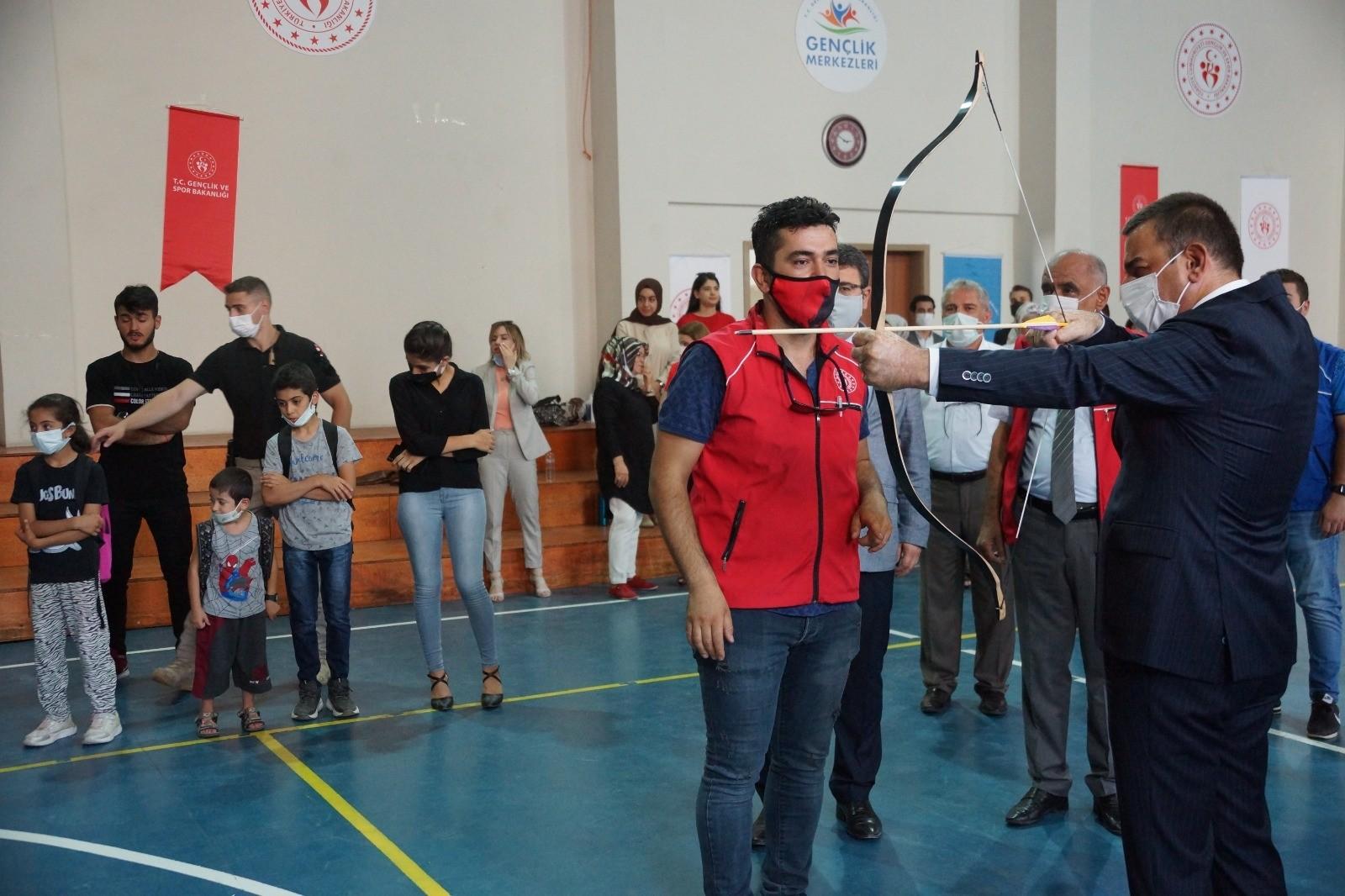 Siirt Valisi Hacıbektaşoğlu, sporcularla ok fırlattı