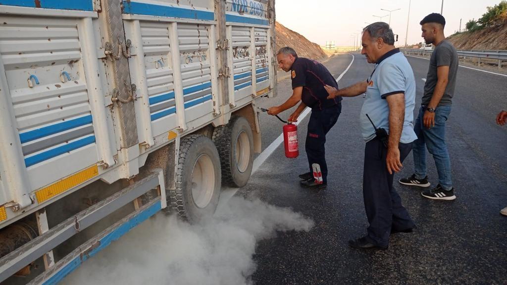 Siirt'te lastiklerden çıkan dumanı fark eden sürücü kamyonu yanmaktan kurtardı