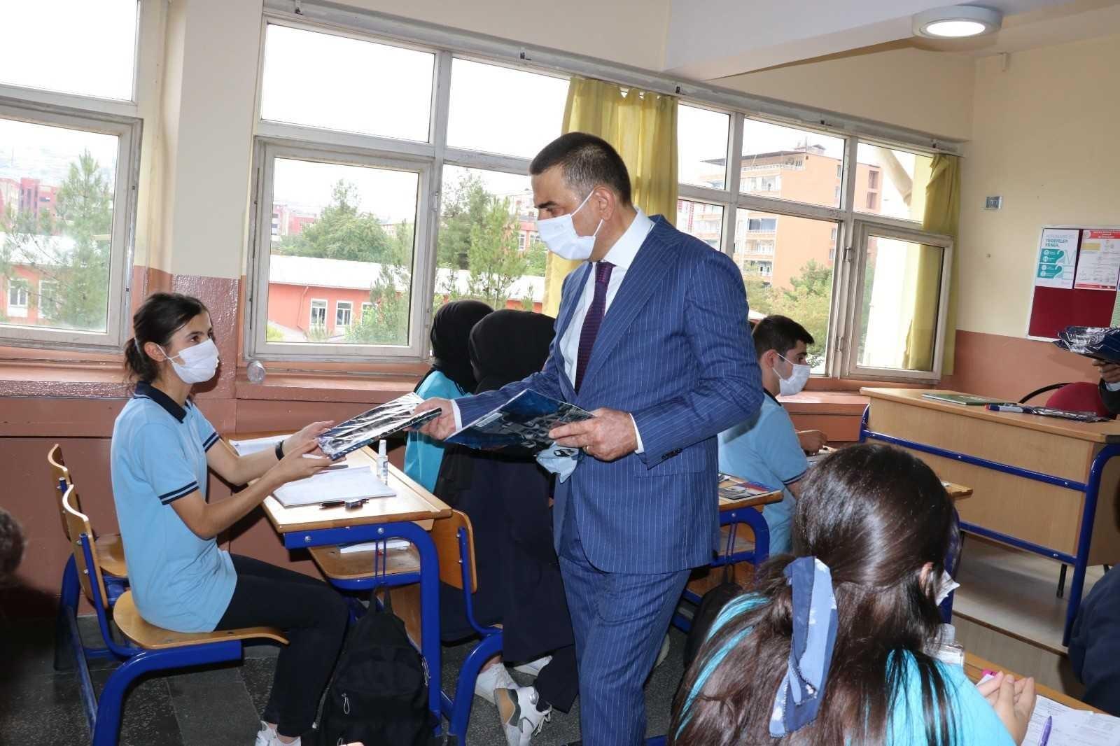 Siirt Valisi Hacıbektaşoğlu öğretmen ve öğrencilerle bir araya geldi